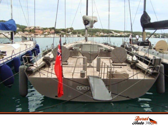 Embarcación atracada en el Puerto de Mahón para la Maxi Regata